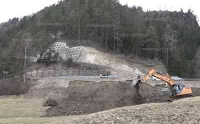 Felssturz in Tirol: Tausende Anwohner und Wintersportler von der Außenwelt abgeschnitten, erst vor 2 Monaten massiver Felssturz in Ladis: Wintersportler können nicht nach Hause, Behelfsstraße dauert mehrere Tage, weiteres Gestein droht abzurutschen, O-Ton Geologe