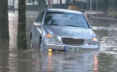 Extreme Überflutungen, Ort von der Außenwelt abgeschnitten, Meterhoches Wasser in Ortschaft: Ort ohne Strom, Anwohner verzweifelt, katastrophale Zustände