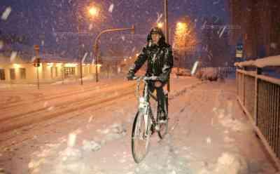 Schneemassen zu Ostern: Güstrow versinkt im Schnee, 10 cm Neuschnee, Anwohner kämpfen gegen Schneemassen, Äste brechen auf Grund der Schneelast: Ostereier im Schnee, Radfahrer kämpfen gegen Schnee, dicker Schneefall
