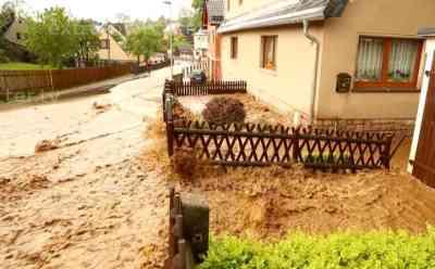 Sturzflut flutet zahlreiche Grundstücke, Anwohner machtlos: schwere gewittrige Regenfälle fluten ganzen Ort