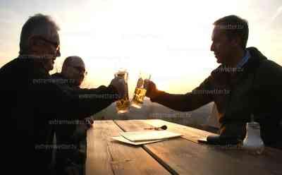 Supersommerwetter: Sonnenuntergang im Biergarten, bester Biergarten Deutschlands, Zeitraffer, Abendessen und Bier zu Sonnenuntergang: wärmster Tag am Freitag erwartet, Anstoßen zu Sonnenuntergang