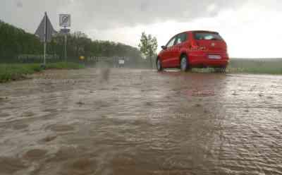 Hagelgewitter, überflutete Straßen: Autobahnspur teilweise halbseitig überflutet, Hagelschlag auf PKW, überflutete Straßen: Unwetter beenden Sommer in Bayern, Starkregen auf der A 93, Zeitraffer Unwetteraufzug, schwere Sturmböen