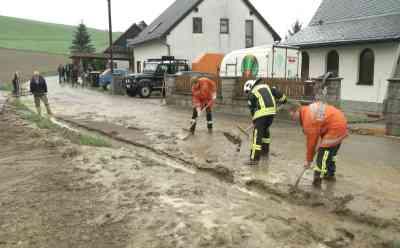 Unwetter bringen den Schlamm von den Feldern: zahlreiche Keller und Grundstücke überflutet, Feuerwehren im Dauereinsatz