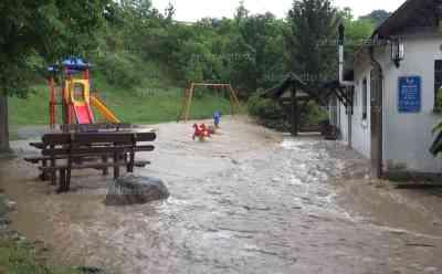 (Überflutungen, stark) Überflutungen durch Unwetter: 100 l/qm waren zu viel, Autofahrer steckt im Wasser fest, Ortschaft kämpft mit Wassermassen: Schlamm fließt auf Straßen - Spielplatz überflutet
