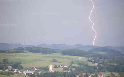 Blitze und Starkregen suchen erneut das Vogtland heim: Einige Keller in Reichenbach vollgelaufen: Heftiger Erdblitz am Himmel, Feuerwehr muss Keller auspumpen