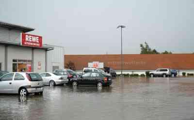Erste schwere Unwetter in Westdeutschland: Überschwemmungen Supermarkt, schwere Sturmböen, Sturmschäden: erste Unwetterschäden in Westdeutschland, Menschen von Starkregen überrascht