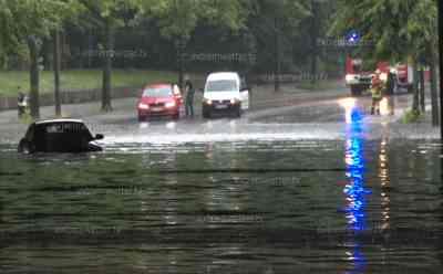 (Überflutungen, stark) Schweres Unwetter über Magdeburg: Autos stecken fast bis zum Dach im Wasser, Unterführungen, Balkons überflutet, Autos fahren durch 1 Meter hohes Wasser: spektakulärer Unwetteraufzug mit Böenfront, Autos im Wasser, Wohnhäuser unter Wasser