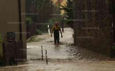 Unwetter in Sachsen: Schwere Überflutungen, Ortschaft überflutet, Schlammlawine im Ort: 150l/qm Regen, Feuerwehr im Dauereinsatz, extreme Regensummen in kurzer Zeit