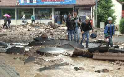 Katastrophenalarm nach Unwetter, Wasser reißt Straßen weg: Kirche, Märkte, Wohnhäuser über einen Meter unter Wasser