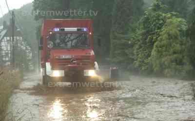 Ganzer Ort versinkt in Regenfluten: Fluss überflutet zahlreiche Grundstücke