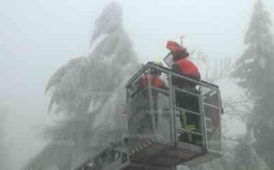 1 Meter dicker Eis an Bäumen, Fichtelbergschwebebahn kommt zum Stillstand: Feuerwehr kämpft ganzen Tag gegen Eis