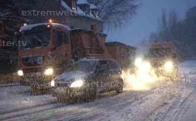 Über 10 cm Neuschnee bringen Verkehr erliegen, LKW hängen quer: LKW Fahrer schimpft ganz besonders intensiv gegen den Winterdienst