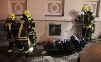 """(Eisregen, extrem) Extremer Eisregen: Rettungsdienst und verletzte Person muss von Feuerwehr gerettet werden, Retter brauchen Hilfe von der Feuerwehr, blanke Eis auf den Straßen: Wenn Retter, Retter brauchen, """"Es ist zu glatt, das blanke Eis halt"""" (on tape)"""
