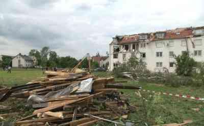 Starker Tornado verwüstet Ortschaft in Bayern: bis zu 280 Km/h, Tornado riss Hauswände heraus
