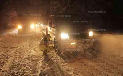 (Wintereinbruch, stark) Schneechaos Erzgebirge: Schneebruch - Feuerwehren im Einsatz, PKW stecken fest, Schneeketten werden aufgezogen, Weihnachtsfeiertage versinken im Schnee: Winterdienst steckt ebenfalls fest, Schneebruch behindert Verkehr, Autos hängen fest, Menschen versuchen PKW zu schieben