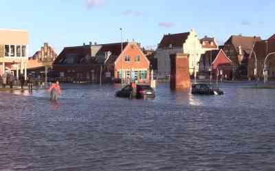 (Sturmfut, stark) Sturmflut Ostsee: Polizeiauto im Wasser eingeschlossen, PKW unter Wasser, Wasserstand 1,84 Meter über normal: Jahresbeginn mit starker Sturmflut an der Ostsee, Pressesprecher der Stadt zur Lage