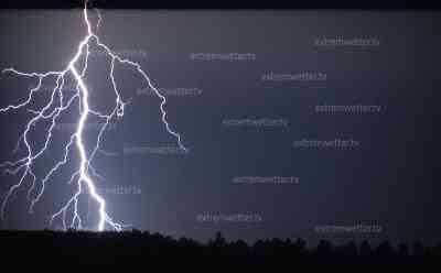 Blitzshow über Thüringen kündigt Unwetterfront an: Erdblitze zucken zu Boden, Bäume werden entwurzelt