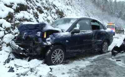Wintereinbruch legt Verkehr lahm, zahlreiche Schwerverletzte: 15 Km Stau auf A 72, Frontalcrash auf der B 180