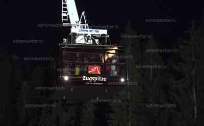 Zugspitzseilbahn muss bei Nacht evakuiert werden - Rund 80 Personen in Gondel gefangen: Evakuierung bis in die Nacht hinein - Sturm erschwert Rettung