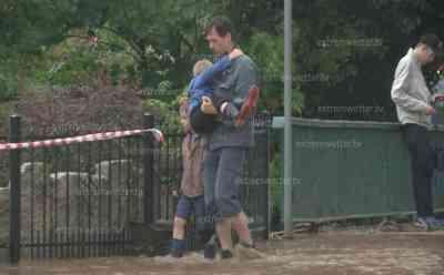Hagelmassen und Überflutungen in Ilmenau : Väter tragen Kinder über die Fluten, Hagel bis zu 50 cm hoch