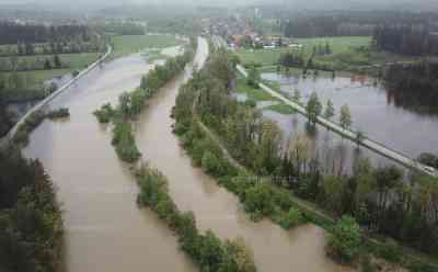Dramatische Hochwasser-Szenen: Rehkitz ertrinkt in den Fluten, Drohnenaufnahmen: Ganze Landstriche unter Wasser, Feuerwehren im Einsatz, Straßen überflutet: