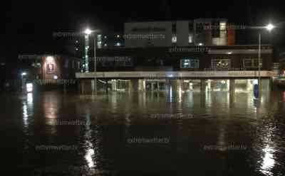 Menschen drohen in Wassermassen zu ertrinken, schwere Unwetter: Blitzsspektakel und überfluteter Hauptbahnhof in Rheine