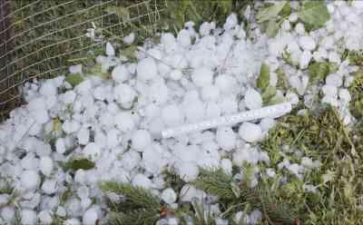 (Hagel, stark) Extremes Hagelunwetter richtet immense Schäden an: Hagel bis 5cm Durchmesser in Massen - Autos demoliert, haufenweise Äste und Blätter auf Straße