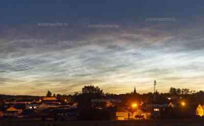 (Leuchtende Nachtwolken, stark) Seltenes Naturschauspiel – Leuchtende Nachtwolken: einmalig, enorm intensive NLC am Abendhimmel, NLC hunderte Kilometer sichtbar, Meteorologen sprechen von Jahrhundertereignis: Zeitraffer von leuchtenden Nachtwolken, Nachthimmel wird zum Tage, einmalige Aufnahmen