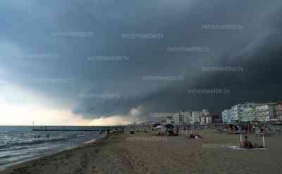 (Unwetter, Venedig, stark) Schwere Unwetter im Urlaubsort bei Venedig: Panik durch heftige Hagelunwetter mit Sturm am Strand, Touristen flüchten unter ein Zeltdach in Lido di Jesolo: bedrohlicher Aufzug der Superzelle, leergefegte Strände zur Ferienzeit