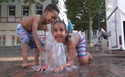 """(Hitzewelle, extrem) Hitzerekord Lingen (42,6 °C)! Voxpops von Anwohnern, Kinder baden im Brunnen, Stadt gleicht Geisterstadt, leere Biergärten, Sportler trainieren bei 42 °C Außentemperatur! Wetterstation misst Höchstwert direkt am Schwimmbad, DWD prüft Messdaten: Sportler trainieren bei 42 °C Außentemperatur! Wetterstation misst Höchstwert direkt am Schwimmbad, Sportler: """"Unser Trainer meint, es reicht noch zum Trainieren"""""""