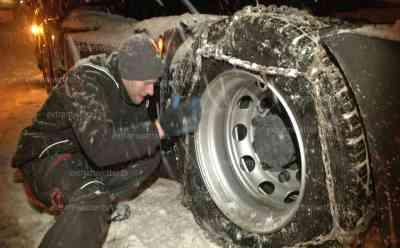 LKW Fahrer ziehen Schneeketten auf, da nix mehr geht. PKW versinken im Schnee: Winterdienst im Dauereinsatz, 2 Meter hohe Schneeberge