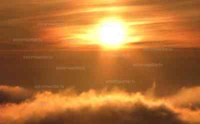 Traumhafter Wintersonnenaufgang auf dem Brocken: Im Tal Nebel auf den Bergen Kaiserwetter