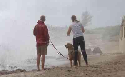 Hurrikan Dorian erreicht Florida: Exklusivaufnahmen von deutschen Kameramann, meterhohe Wellen, erste Häuser beschädigt, einige mutige Badetouristen sind noch am Strand: Windsurfer nutzt die ersten Ausläufer für spektakuläre Sprünge, Touristen schauen dem beeindruckenden Naturschauspiel zu