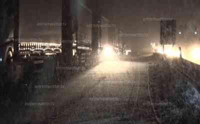 Wintereinbruch Bayern: A 8 bei Irschenberg komplett mit Schnee bedeckt, Autofahrer auf weißer A 8 unterwegs, Starker Schneefall und geringe Sicht, Winterdienst im Einsatz, Winterdienst streut Salz auf A 8: Selbst in Rosenheim – auf 450 Metern – bis zu 4 cm Neuschnee in kurzer Zeit, Autos und Fahrrad mit Schnee bedeckt