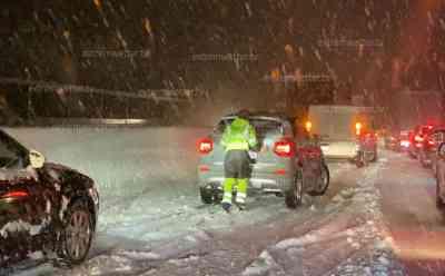(UP) Schneechaos am Brennerpass: Autos stecken im Schnee fest, Winterdienst kommt auf Brennerautobahn nicht mehr voran, PKW rutscht in Graben, Menschen schieben PKW – ohne Erfolg:  Über 20 cm Neuschnee in kurzer Zeit, enorme Neuschneemengen in Österreich erwartet