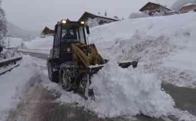 Schneechaos in den Alpen: Südtirol versinkt im Schnee, Ortschaften schwer erreichbar, Zehntausende Haushalte ohne Strom, Bäume reißen Stromleitungen mit sich, Feuerwehren im Dauereinsatz, viele Straßen gesperrt: Bis zu 60 cm Neuschnee, Radlader gegen Schneeberge im Einsatz, ganze Autos im Schnee verschwunden
