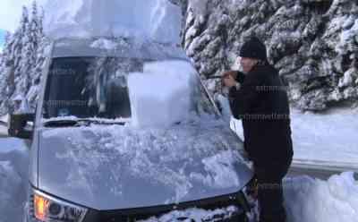 Schneechaos Oberkärnten hält an: Straßen weiterhin gesperrt, Tourist eingeschneit (on tape), Baum blockiert Straße, Autos von Schneemassen begraben, Blick auf Gipfeln, O-Ton eingeschneiter Tourist: 80 cm Schnee wurde gemessen (on tape), Tourist gräbt sein Auto aus und schaufelt sich einen Weg zu seinem Ferienhaus frei