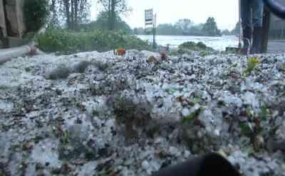 Schwere Unwetter wüten mit Hagel von über 4 cm in Thüringen: Straßen überflutet, Hagelberge in den Dörfern