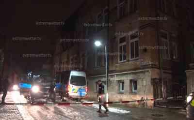 8 Tote bei Brand im Pflegeheim: 7 zum Teil schwer Verletzte, Brand an deutsch-tschechischer Grenze, deutsche Rettungskräfte bringen Verletzte ins Krankenhaus: Einsatzort weiträumig abgesperrt, Erstmaterial – Reporter weiterhin vor Ort
