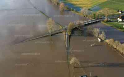 Hochwasser: Dramatische Drohnenbilder von der Donau, Straßen und Landflächen unter Wasser, Gebäude und Straßen überflutet, Auto fährt trotzdem durch Wasser, Hochwasser nach Unwetter und Dauerregen in Deutschland: