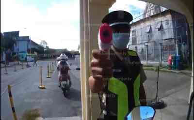 Angst vor Corona-Virus: Fiebermessstation auf offener Straße in den Philippinen, exklusive und verdeckte Aufnahmen einer Helmkamera, Motorradfahrer filmt Fiebermessung: