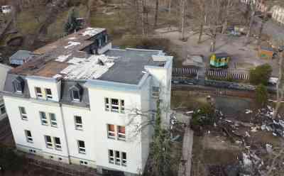 Orkan deckt Kindergartendach komplett ab: Drohnenaufnahmen zeigen Kraft von Orkantief, Kinder mussten evakuiert werden (on tape), gesamte Dach liegt im Garten des Kindergartens: Feuerwehr musste zu unzähligen Einsätzen im Ort ausrücken (on tape), spektakuläre Drohnenaufnahmen