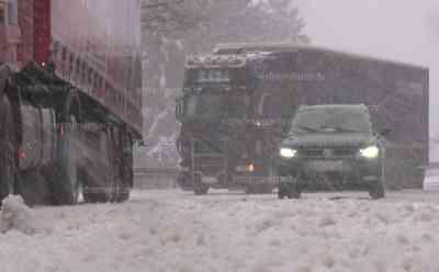 Wintereinbruch – querstehende LKW: Teilweise geht im Thüringer Wald nix mehr, LKW stehen quer, Räder drehen durch, in Millimeterschritten kommt man nur voran: Intensive Schneefälle seit den Vormittagsstunden auch im Thüringer Wald, auch PKW Fahrer haben ihre Mühen