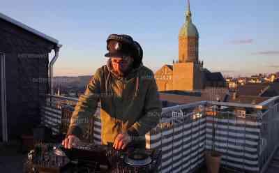 Coronakrise – Balkonkonzert: Stereoact spielt vom Balkon, einmalige Drohnenaufnahmen von Annaberg-Buchholz zu Sonnenuntergang und Musik vom Balkon, DJ Rixx und St. Annen Kirche im Motiv: DJ Rixx bastelt stimmungsvollen Mix live vom Balkon über Annaberg-Buchholz: Robbie Williams - Angels (Feel Glück & KlangAkzent Remix)