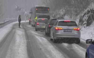 Schneesturm - Winter im Harz: Wettersturz bringt mehrere Zentimeter Neuschnee und einen Schneesturm, Geburtstagskind feiert Geburtstag im Schnee und Sturm auf dem Brocken (on tape): Enorme Wettergegensätze zum Vortag, anstatt Frühling nun – 8 °C starker Schneefall und Sturm, Menschen laufen im Schneesturm