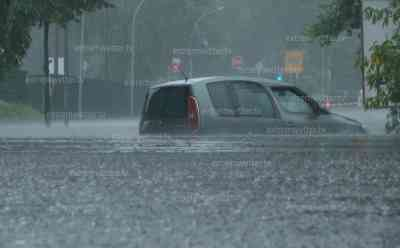 Schwere Überflutungen in Oranienburg, PKW steckt in Fluten fest: 200 l/qm, Tiefgarage unter Wasser, Autobesitzerin geschockt