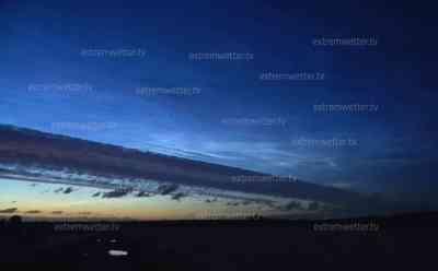 Naturschauspiel in Deutschland: Intensive leuchtende Nachtwolken am Nachthimmel, sogenannte NLC nur von Juni-Juli in Deutschland zu sehen, beeindruckendes Zeitraffer: NLC strahlen die ganze Nacht über am Nordhimmel und erhellen den Nachthimmel