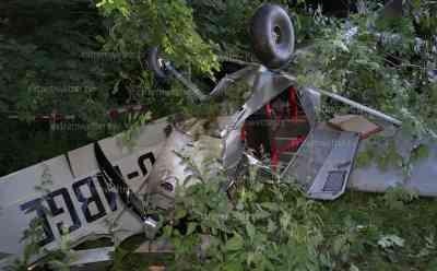 Gleich dutzende Schutzengel bei Flugzeugabsturz: Kleinflugzeug stürzt kopfüber in den Wald, Pilot klettert wie durch ein Wunder nur leichtverletzt aus seinem Flugzeug: Flugsicherung hat Ermittlungen zur Unglücksursache aufgenommen, Feuerwehr nimmt auslaufende Betriebsmittel auf