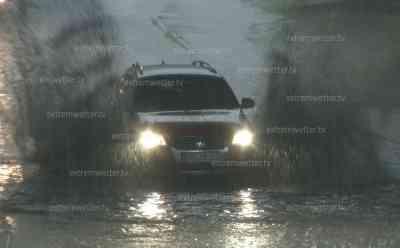 Schwere Gewitter und Unwetter im Erzgebirge, Zeitraffer Unwetteraufzug: Straßen, Unterführungen stehen unter Wasser