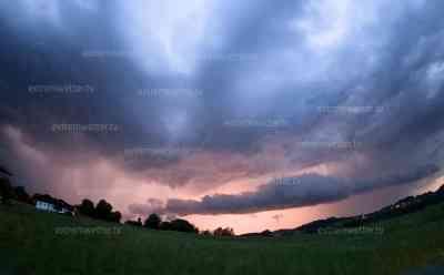 Unwetter sorgen für Blitzshow: Nachthimmel wird zum Tage, Zeitraffer und intensive Blitzshow in Bayern: Am Sonntag drohen weitere Unwetter, Sachsen und wiederum Bayern von starken Gewittern betroffen